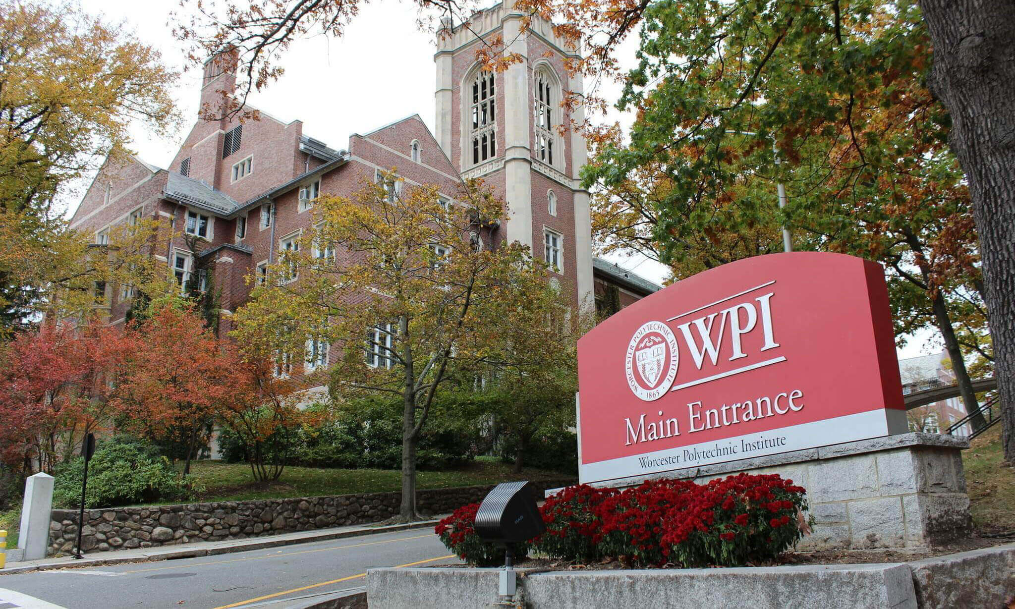 WPI main enterance Sign and Alden Hall
